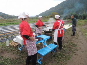 地元の人が作った「芋煮」がふるまわれます